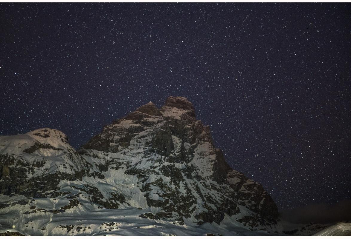 il monte che accarezza le stelle - Foto del Cervino, l'imponente montagna impervia e poco accessibile, emerge dal buio in mezzo ad un manto di stelle