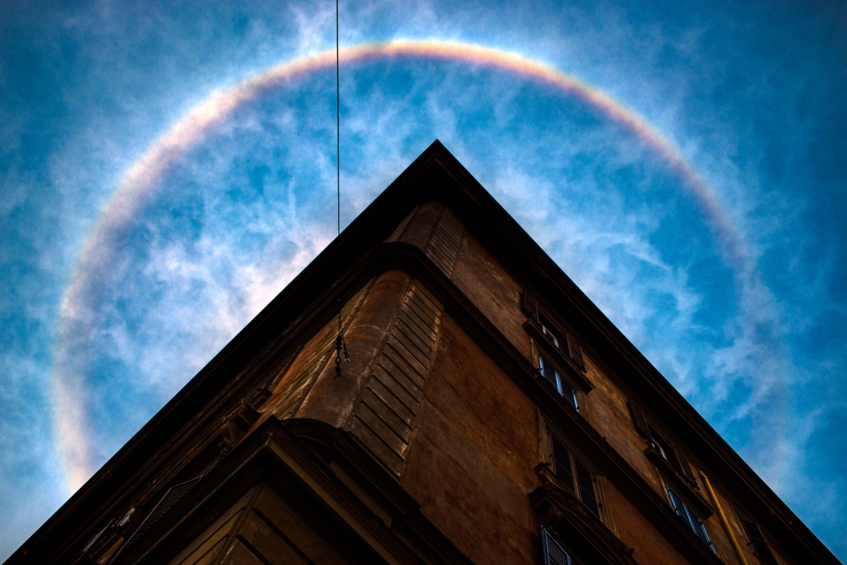 ARCHITETTURA DA SOGNO - un arcobaleno inaspettato rende la classica architettura romana un sogno