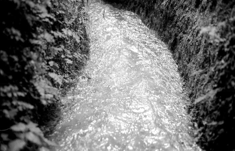 Pantalica, provincia di Siracusa Tratto dell'acquedotto greco che corre per circa 35 km dal Rio Bottigliera, affluente del fiume Anapo, fino alla necropoli di Pantalica. A stretch of the Greek aqueduct that runs for about 35 Km from the tributary Bottigliera through to Pantalica necropolis.